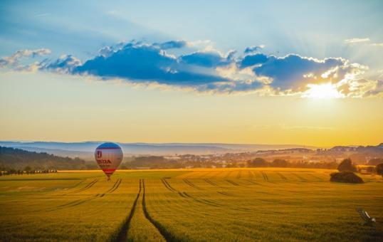 Ballonfahrt über Feld